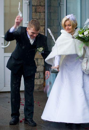 Когда молодожены бьют бокалы на свадьбе